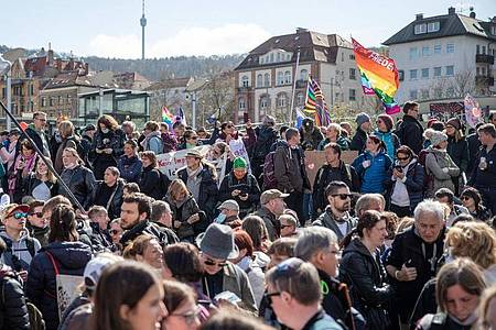 «Querdenken»-Demo auf dem Marienplatz inStuttgart. Foto: Christoph Schmidt/dpa