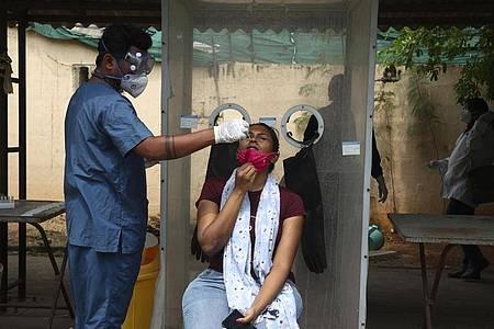 Indien meldet heute mit rund 217.000 Corona-Neuinfektionen einen neuen Höchststand. Foto: Mahesh Kumar A/AP/dpa