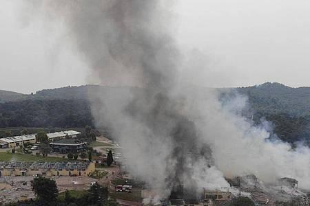 Rauchschwaden steigen nach Explosionen über einer Feuerwerksfabrik in der Türkei auf. Foto: Uncredited/IHA/AP/dpa