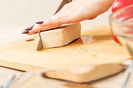 Naturbelassenes Tofu schmeckt neutral und lässt sich nach Geschmack mit Gewürzen aufpeppen. Foto: Christin Klose/dpa-tmn
