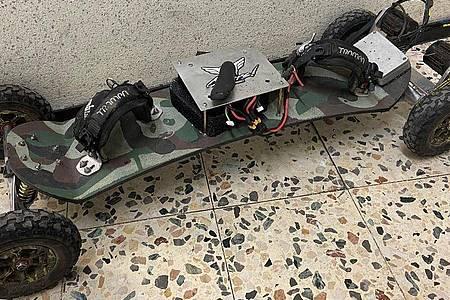 Das Skateboard gilt laut Polizei rechtlich als Kraftfahrzeug. Foto: Polizei Dortmund/dpa