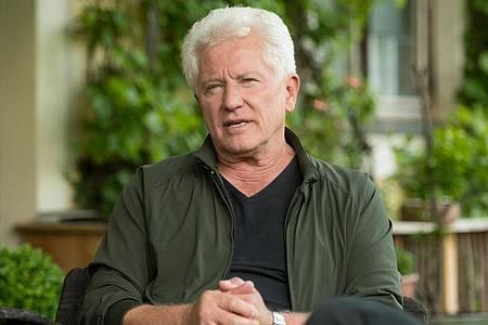 """Miroslav Nemec bei den Dreharbeiten für den Tatort """"Wunder gibt es immer wieder"""". Foto: Tobias Hase/dpa"""
