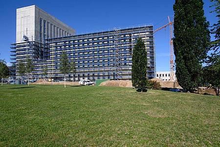 In der neuen Uni-Bibliothek und dem dazugehörigen Hörsaalzentrum der TU Bergakademie Freiberg sollen auch 480 Arbeitsplätze entstehen. Die Fertigstellung ist bis zum Wintersemester 2021/2022 geplant. Foto: Robert Michael/dpa-Zentralbild/dpa