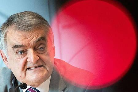 Herbert Reul (CDU), Innenminister von Nordrhein-Westfalen, spricht während einer Pressekonferenz. Foto: Federico Gambarini/dpa