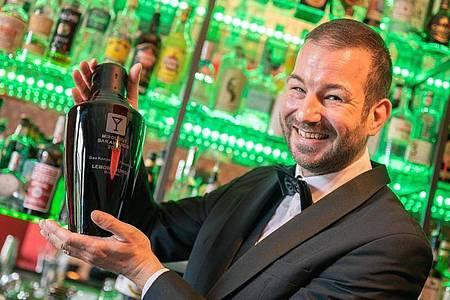Mario Ippen in seiner Bar «Lemon Lounge» in Bremen. Foto: Mohssen Assanimoghaddam/dpa