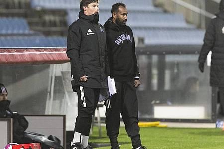 Co-Trainer Merlin Polzin (l) und der HSV-Trainer Daniel Thioune beobachten das Spiel. Foto: Frank Molter/dpa