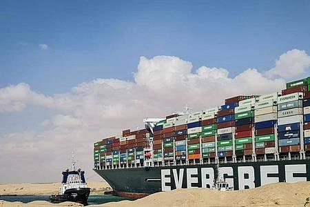 Das etwa 400 Meter lange Containerschiff ist wegen eines Sandsturms bei schlechter Sicht auf Grund gelaufen. Foto: Samuel Mohsen/dpa