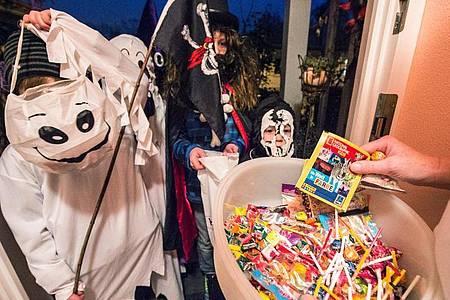 Am besten abgepackt: Zu Halloween ziehen viele Kinder von Haustür zu Haustür und freuen sich über süße Sachen. Foto: Armin Weigel/dpa/dpa-tmn