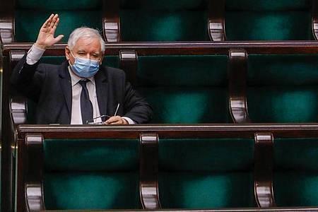 Jaroslaw Kaczynski, Vorsitzender der nationalkonservativen Regierungspartei PiS, hebt während einer Parlamentssitzung. Foto: Grzegorz Banaszak/ZUMA Wire/dpa