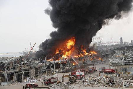 Rettungskräfte löschen das Feuer, das im Hafen von Beirut brennt. Foto: Hussein Malla/AP/dpa