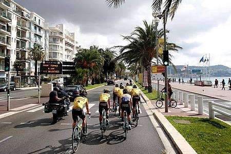 Kurz vor dem Tour-Start in Nizza wurden die Corona-Maßnahmen für die Teams verstärkt. Foto: Thibault Camus/AP/dpa