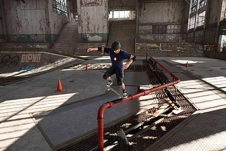 Lange Grinds per Knopfdruck: Auch für Skate-Laien sollte die Steuerung von «Tony Hawk?s Pro Skater 1+2» kein Problem sein. Foto: Activision/dpa-tmn