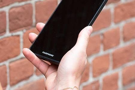 Das 3+ verfügt wie das 3er-Modell über ein 5,65 Zoll großes Full-HD-Display mit LCD-Technik, das eine ordentliche Qualität bietet, auch aus verschiedenen Blickwinkeln. Foto: Fairphone/dpa-tmn