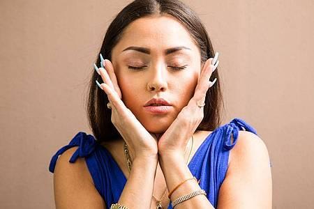 Gesichtsyoga soll Entspannung bringen - und vielleicht noch mehr. Experten warnen aber vor übersteigerten Erwartungen. Foto: Christin Klose/dpa-tmn