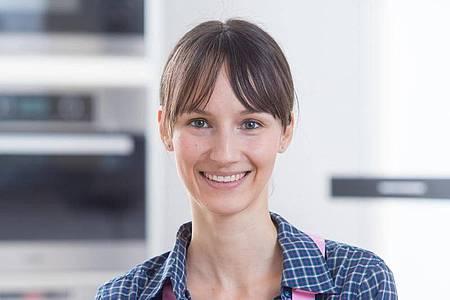 Food-Bloggerin Kathrin Runge stellt ihre Backwerke im Blog «Backen macht glücklich» vor. Foto: Tobias Hase/dpa-tmn