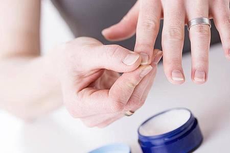 Wer brüchige Fingernägel hat, sollte seine Hände regelmäßig eincremen. Foto: Christin Klose/dpa-tmn