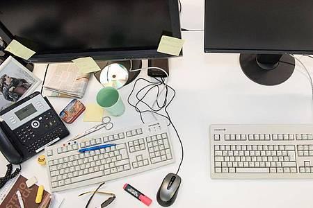 Und wo unter all dem Kram war noch mal der Dienstplan? Aufräumexperten plädieren für einen leeren Schreibtisch. Foto: Robert Günther/dpa-tmn