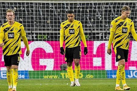 Dortmunds Spieler reagieren auf das Tor zum 4:2 für Gladbach. Foto: Martin Meissner/Pool AP/dpa