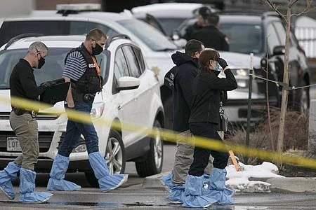 Polizisten stehen vor einem Supermarkt im US-Bundesstaat Colorado, in dem zehn Menschen getötet wurden. Foto: Joe Mahoney/AP/dpa