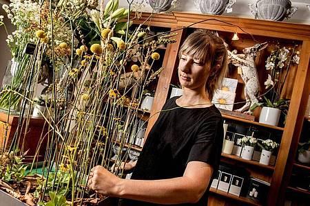 Wer wie Lisa Eva Zienc eine Ausbildung zur Floristin machen möchte, sollte einen Sinn für Ästhetik und Durchhaltevermögen mitbringen. Foto: Zacharie Scheurer/dpa-tmn