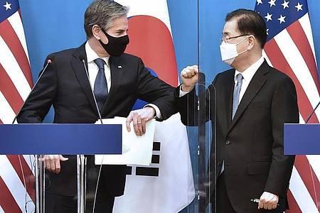 Antony Blinken (l), Außenminister der USA, und Chung Eui Yong, Außenminister von Südkorea, begrüßen sich per Ellbogen-Check bei einer gemeinsamen Pressekonferenz im Außenministerium in Seoul. Foto: Lim Han-Byul/Pool via AP/dpa