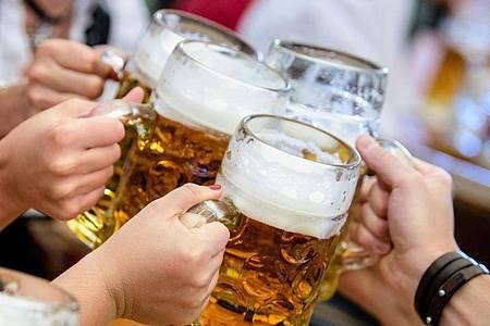 Ost- und Süddeutsche trinken einer Studie zufolge häufiger riskante Mengen Alkohol als die Menschen im Norden und Westen der Bundesrepublik. Foto: Matthias Balk/dpa