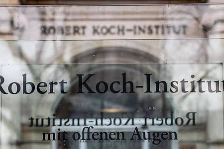 «Robert Koch-Institut» steht auf einem Schild vor dem Eingang des Instituts in Berlin. Foto: Paul Zinken/dpa