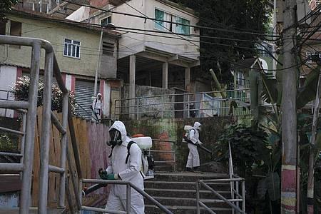 Das Coronavirus im brasilianischen Favela Babilonia soll eingedämmt werden. Foto: Leo Correa/AP/dpa