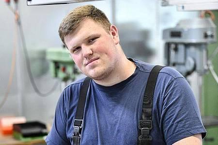 Im Ausbildungszentrum erlernt er die Grundlagen seines Berufs: Robin Stenzel wird Fachkraft für Metalltechnik. Foto: Kirsten Neumann/dpa-tmn
