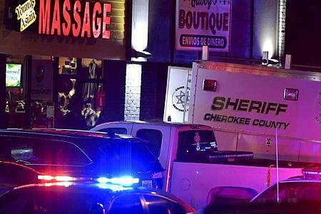 In insgesamt drei Massage-Salons sind Menschen ums Leben gekommen. Foto: Mike Stewart/AP/dpa