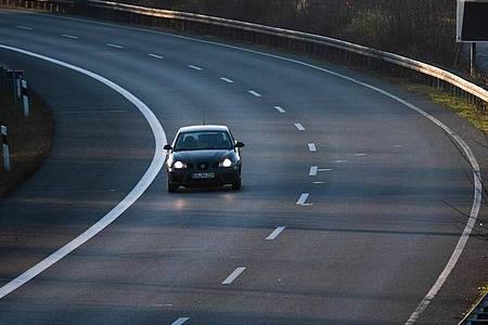 Die Einschränkungen des öffentlichen Lebens durch die Corona-Krise haben auf vielen Straßen zu einer beruhigten Verkehrslage geführt. Foto: Julian Stratenschulte/dpa