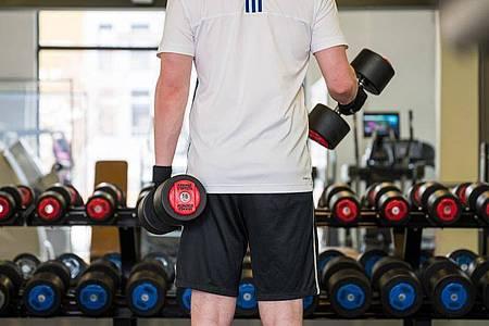 In den Fitnessstudios darf wieder trainiert werden. Foto: Oliver Dietze/dpa
