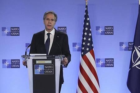 US-Außenminister Antony Blinken hält eine Rede mit NATO-Generalsekretär Stoltenberg vor einem Treffen der NATO-Außenminister im NATO-Hauptquartier inBrüssel. Foto: Yves Herman/Pool Reuters/AP/dpa