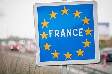 """Ein Länderschild mit der Aufschrift """"France"""" an der belgisch-französischen Grenze bei Crespin. Foto: Kay Nietfeld/dpa"""