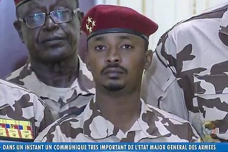 Mahamat Idriss Déby Itno (Mitte), Sohn des verstorbenen tschadischen Präsidenten, soll eine militärische Übergangsregierung führen. Foto: -/Tele Tchad/AP/dpa