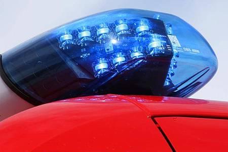 Ein Blaulicht auf einem Feuerwehrfahrzeug. Foto: Stephan Jansen/dpa/Symbolbild