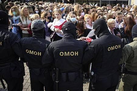 Polizisten in Belarus stehen Demonstrantinnen gegenüber, die sich für die Freilassung von Maria Kolesnikowa einsetzen. Foto: -/Tut.by via AP/dpa