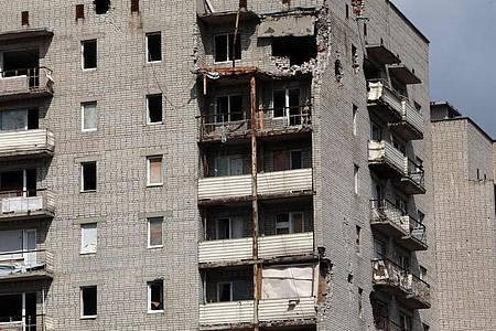 Ein Wohngebäude zeigt deutliche Schäden in der Stadt Awdijiwka im pro-russischen Separatistengebiet der Region Donezk in der Ostukraine. Foto: -/Ukrinform/dpa