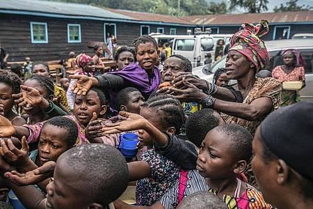 Menschen, die aus Goma geflohen sind, versammeln sich an einer Lebensmittelverteilungsstelle in Sake. Foto: Moses Sawasawa/AP/dpa