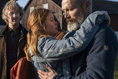 In tiefer Trauer: Markus (Mads Mikkelsen) und Mathilde (Andrea Heick Gadeberg). Foto: Zentropa Entertainments3 ApS & Zentropa Sweden AB/dpa