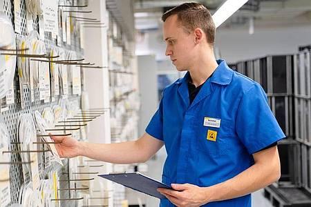 Felix Hannemann kümmert sich als angehender Elektroniker für Geräte und Systeme auch um die Sortierung von Bauelementen. Foto: Nicolas Armer/dpa-tmn
