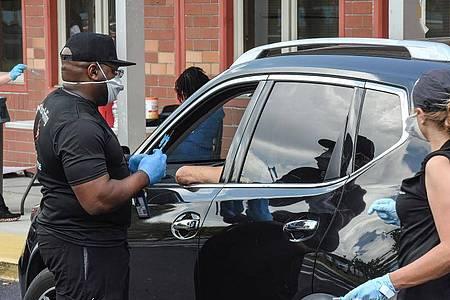 Geschäftiges Treiben an einer «Drive-Thru»-Impfstelle in Orlando, Florida. Foto: Paul Hennessy/SOPA Images via ZUMA Wire/dpa