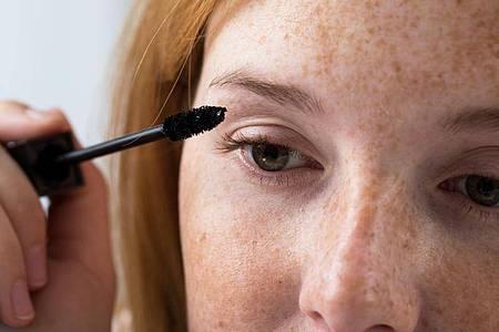 Wer im Sommer seine Augen schminkt, sollte am besten wasserfeste Produkte verwenden. Foto: Christin Klose/dpa-tmn
