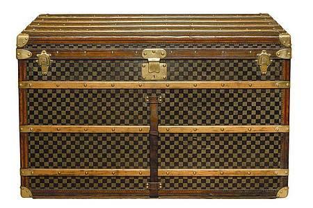 Eine 110 cm hohe Truhe (Koffer) mit kariertem Muster aus dem Jahre 1889. Foto: Tous Droits/Louis Vuitton/dpa