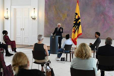 Bundespräsident Frank-Walter Steinmeier (M) bei der Diskussionsrunde im Schloss Bellevue. Foto: Annegret Hilse/Reuters Pool/dpa