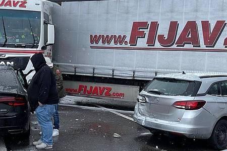 Fahrzeuge stehen quer nach einer Massenkarambolage auf der Autobahn A9. Foto: Michael Schmelzer/Vifogra/dpa