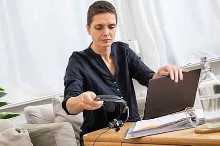 Frauenstimmen werden im Videochat als weniger ausdrucksstark und kompetent wahrgenommen, weil Programme wie Zoom, Skype oder Teams nicht alle Sprachanteile übertragen. Foto: Christin Klose/dpa-tmn
