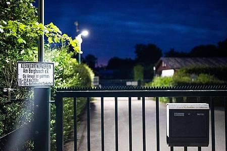 Eine Videoüberwachungsanlage steht am Eingangstor der Kleingartenanlage, in der sich zum damaligen Zeipunkt eine Gartenlaube befand, in der ein 27 Jahre alter Hauptverdächtiger den zehnjährigen Sohn seiner Lebensgefährtin missbraucht haben soll. Foto: Marcel Kusch/dpa