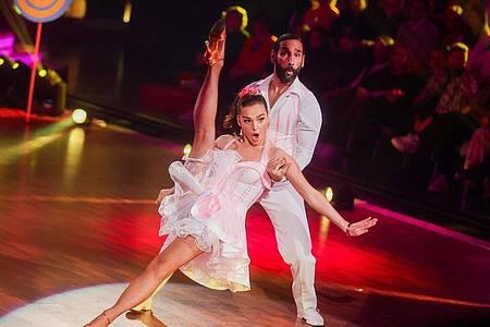 """Profitänzer Massimo Sinato, hier zu sehen mit Lili Paul-Roncalli, ist nicht mehr dabei bei der RTL-Tanzshow """"Let`s Dance"""". Foto: Rolf Vennenbernd/dpa/Archivbild"""