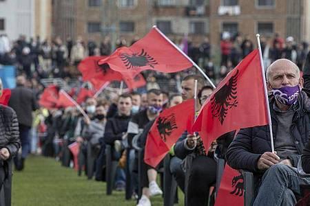 Anhänger der sozialistischen Partei Albaniens bei einer Wahlkampfveranstaltung. Foto: Visar Kryeziu/AP/dpa